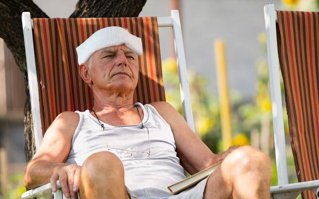 専門家は、熱波が頭に濡れた手ぬぐいを持った上半身裸のイタリアのおじいちゃんに大きなサージを引き起こす可能性があると警告します