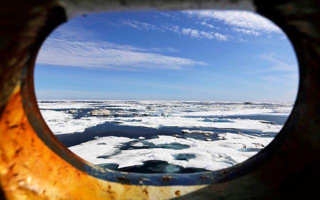 Pierwszy w historii projekt odwiertu ropy na wodach Arktyki Stanów Zjednoczonych został właśnie zatrzaśnięty pozwem