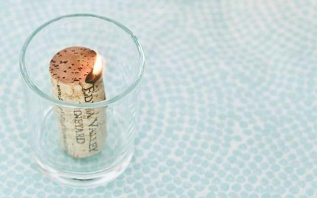 Замочите пробки в спирте, чтобы сделать дешевые свечи