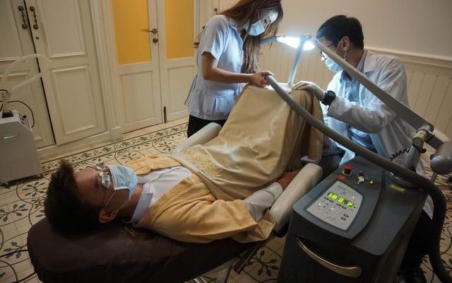 このバンコクのクリニックは、レーザーペニスホワイトニングのために毎週数十人の患者を受け入れています