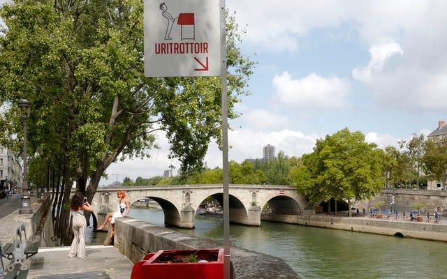 公共の排尿問題に対するパリの解決策は、屋外の小便箱です