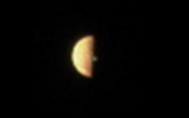 ジュノープローブによって発見された木星の月イオから上昇する火山プルーム