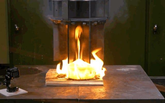 これは、油圧プレスが数枚の真っ赤な鋼に直面したときに起こることです