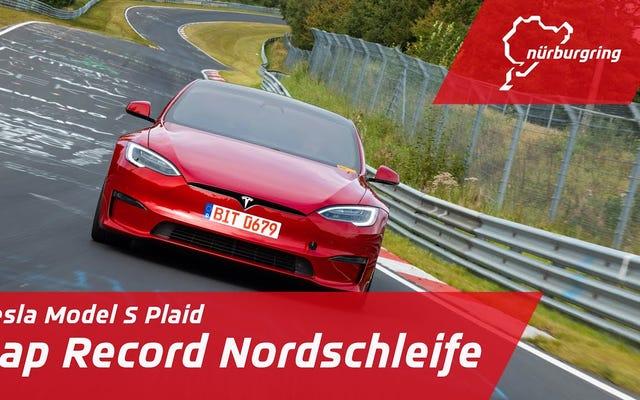Coś w tesli Model S w kratę na torze Nürburgring nie pasuje?