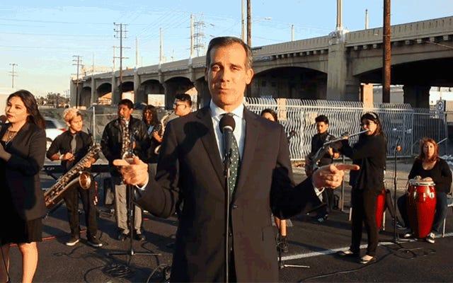 LA市長が高速道路の閉鎖についてアンジェレノスを慰めるためにセクシーな子守唄を歌う