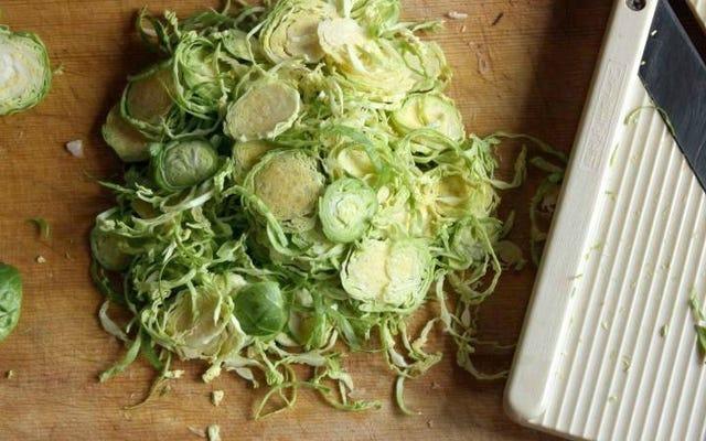 これらのサラダベースは簡単に作ることができ、一週間中新鮮でサクサクします