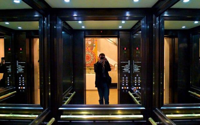 エレベーターに鏡がある理由