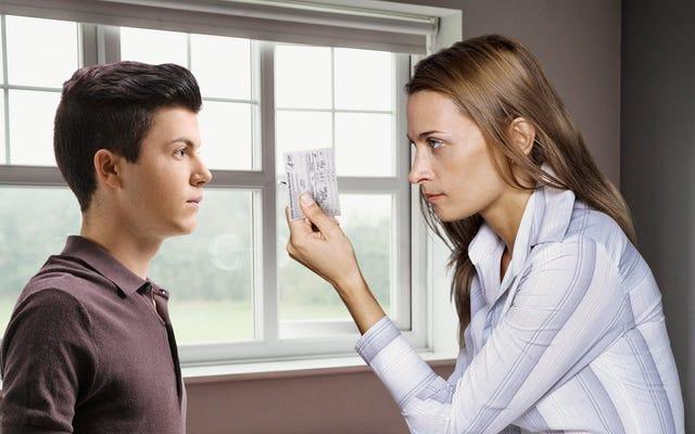 「説明する気ですか?」息子の下着の引き出しでワクチンカードを見つけた後、保守的な親に尋ねる