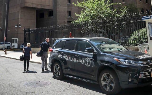 ผู้ตรวจสอบทางการแพทย์ที่อ้างถึงในวอชิงตันโพสต์สตอรี่ที่แนะนำว่า Epstein อาจถูกบีบคอได้มีคำชี้แจงที่เร่งด่วนพอสมควร