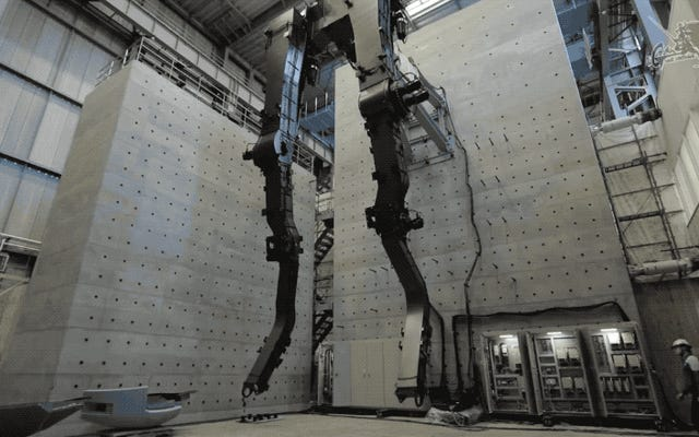 Observa cómo se mueven las piernas esqueléticas de un Gundam de tamaño natural