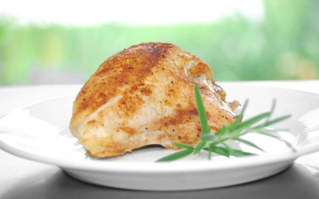 すべてのかみ傷が風味豊かになるように鶏の胸肉を味付けするための最良の方法