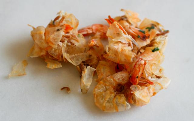 Faire un bouillon plein de saveurs à partir de carapaces de crevettes