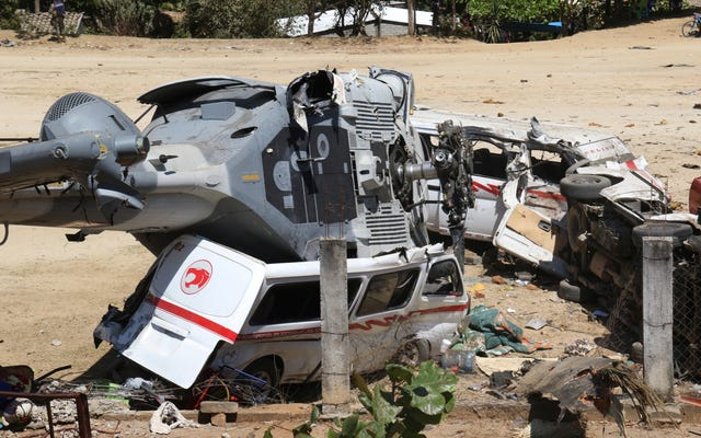 ヘリコプターがフィールドに衝突し、地上で13人が死亡