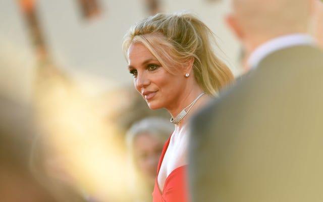 ब्रिटनी स्पीयर्स अनुरोध करती है कि उसके पिता को स्थायी रूप से रूढ़िवादी से हटा दिया जाए