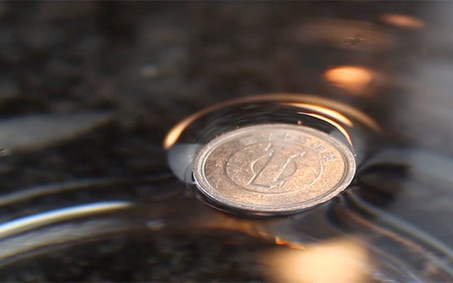 金属コインを水に浮かせる方法(そしてなぜそうするのか)