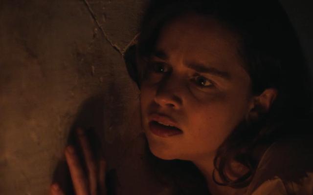 वॉयस इन द स्टोन के पहले ट्रेलर में, एमिलिया क्लार्क एक डरावना हाउस कॉल करता है