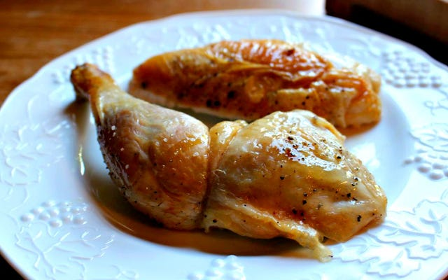 Obtenez une peau de poulet super croustillante en la poussant avec une aiguille