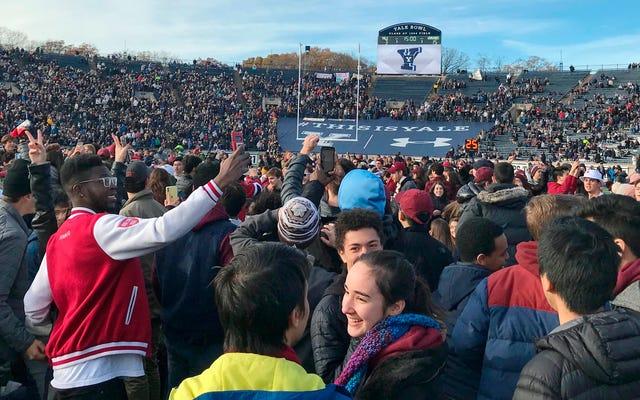 Ratusan Aktivis Perubahan Iklim Menunda Pertandingan Sepakbola Harvard-Yale