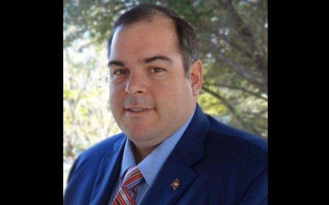 Il candidato del Senato GOP dell'Arkansas nega, quindi si scusa per aver indossato il costume di Halloween KKK al liceo