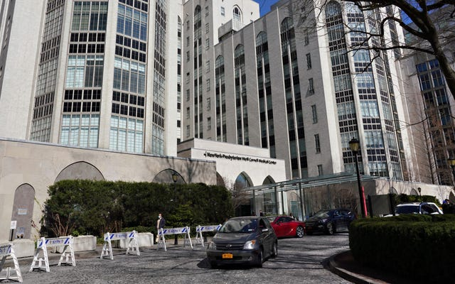 Il sistema ospedaliero di New York consentirà ai partner di entrare nelle sale parto, dopotutto