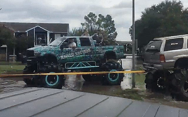 Mire a algunos tipos de camiones levantados en Houston sacar un vehículo militar de aguas profundas