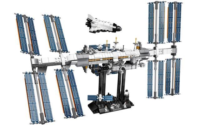 レゴの国際宇宙ステーションは、信じられないほど詳細ですが、信じられないほど壊れやすいビルドのように見えます