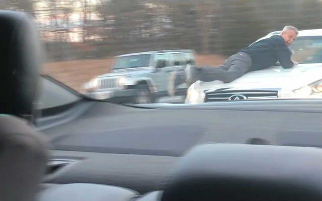 マサチューセッツパイクロードレイジ事件で暴行容疑者の車のフードにしがみつく男は、ガンポイントで開催されたドライバーで終わります
