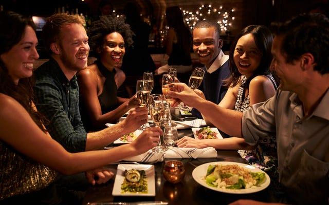 Encuesta: las personas que ganan entre 50.000 y 60.000 dólares al año son las que más salen a cenar