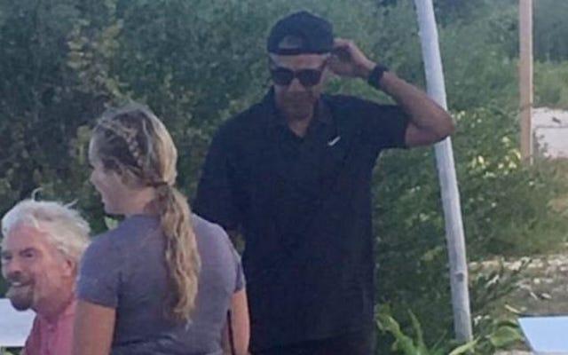 Cool papa Barack Obama porte un chapeau à l'envers en vacances