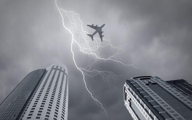 Tại sao không có gì xảy ra khi sét đánh máy bay?