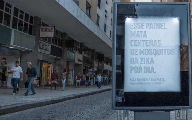 ブラジルのビルボードが蚊を捕まえるために偽の汗を分泌する