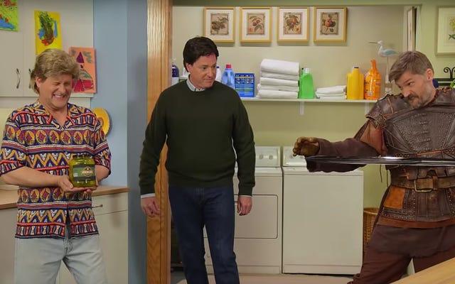 ボブ・サゲットとデイブ・クーリエが、非常に奇妙なフルハウスのパロディースケッチのために「ジェイミー・ラニスターおじさん」を募集します
