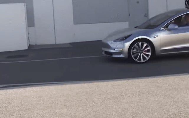 El prototipo Tesla Model 3 luce bastante bien en el mundo real