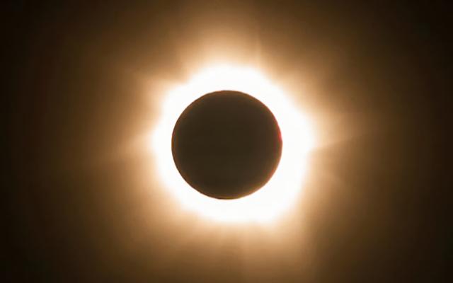 On sait déjà ce qu'il advient de vos yeux si vous regardez directement une éclipse solaire (grâce à une femme qui en a subi les conséquences)