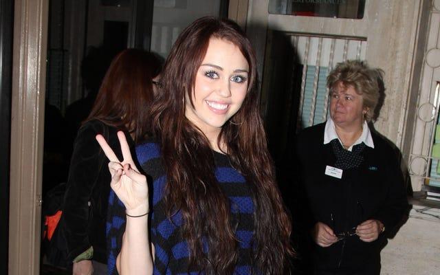 """""""Party In The USA"""" di Miley Cyrus, """"Bye Bye Bye"""" di NSYNC improvvisamente in classifica per qualche motivo"""