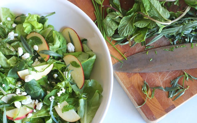 Ajoutez des poignées d'herbes à votre salade
