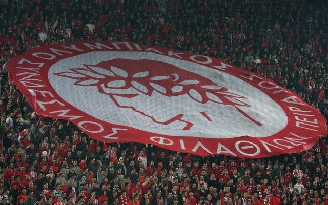 オリンピアコスのファンがスタジアムに侵入し、U-19の試合中にバイエルンミュンヘンのファン4人を血まみれにした