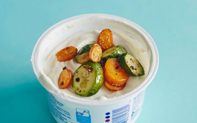 एक स्वस्थ, संतोषजनक नाश्ते के लिए ग्रील्ड सब्जियों के साथ शीर्ष सादा दही
