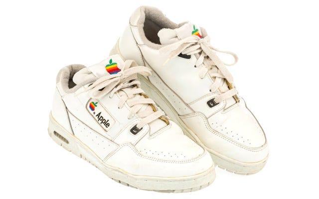 Un classico paio di sneakers con marchio Apple appena venduto per quasi $ 10.000
