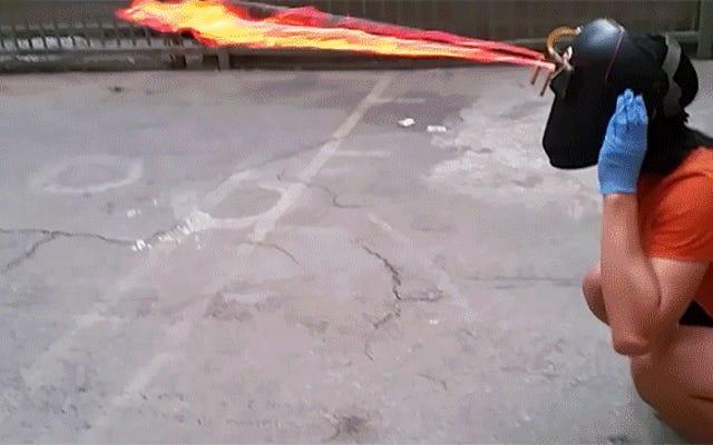 Helm yang Mengerikan Berfungsi Ganda sebagai Penyembur Api