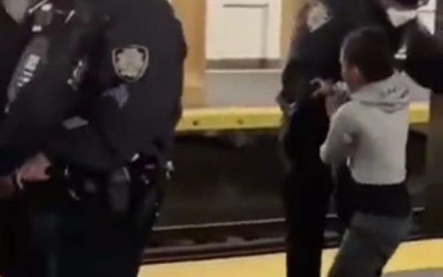 地下鉄のホームで8歳の子供を拘束している間に過度の力を使って警察を映しているように見えるビデオ