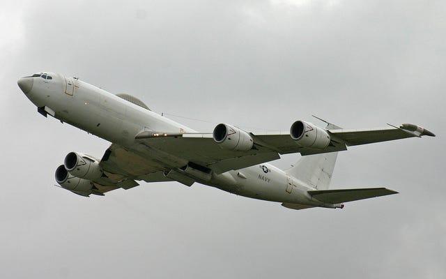 Un uccello abbatte il potente aereo Mercury E-6B della marina americana creato per la guerra nucleare