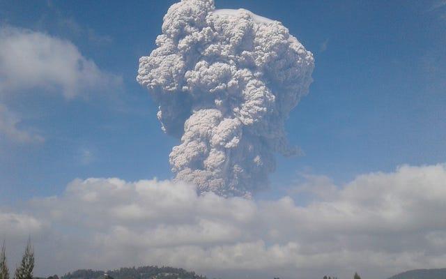 シナブン山の噴火とその印象的な灰の雲、画像とビデオ