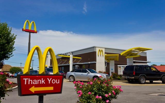 マンチーマッドネス:男は雑草の袋でマクドナルドの代金を払おうとします(この経済では?)