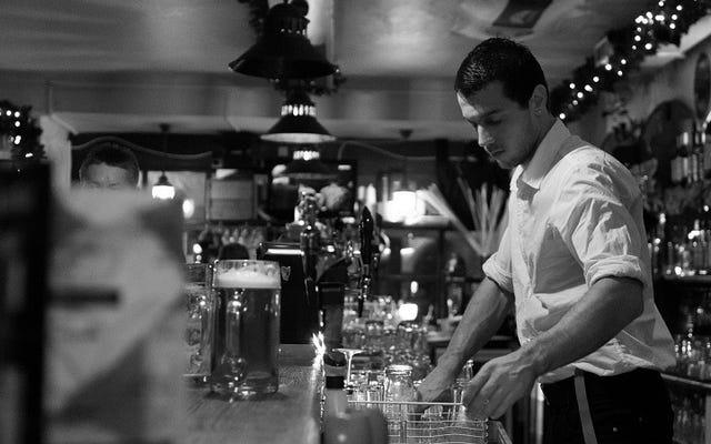 Haga amigos rápidamente con un barman usando efectivo antes de abrir una pestaña