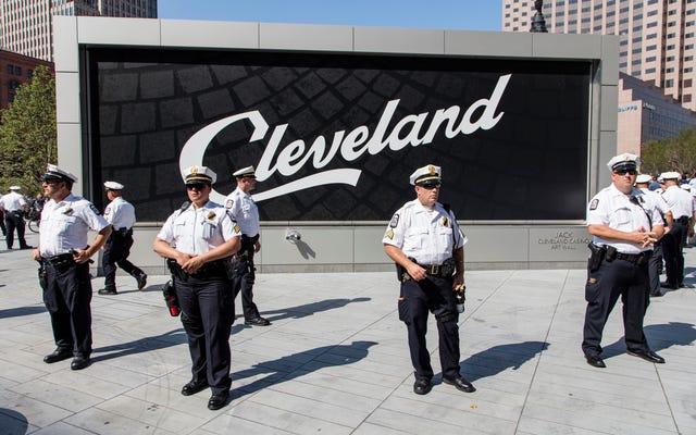 クリーブランドの警官がテキストでN-Wordを使用して捕まり、手首を平手打ちする