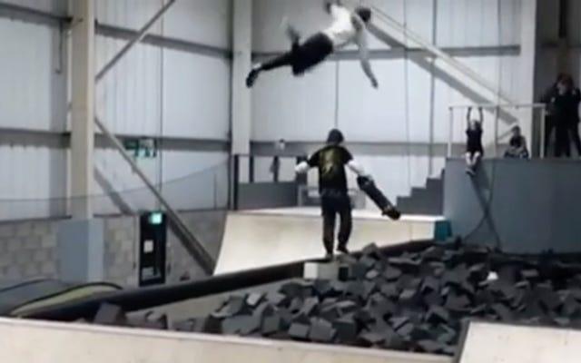 スケートボーダーが空に触れ、無防備な通行人を破壊する