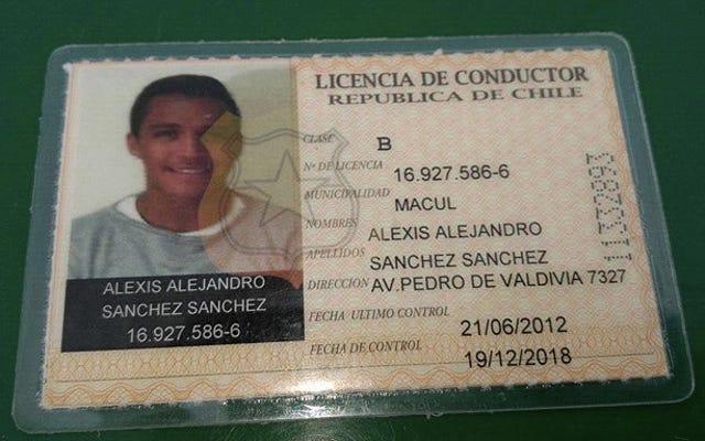 Alexis Sanchez ressemble à un adorable petit bébé dans sa photo de licence