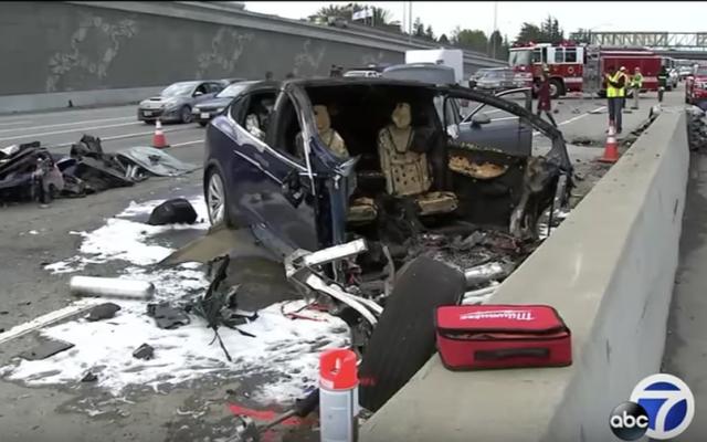テスラは、モデルXの致命的な事故のドライバーを非難する公式声明を発表します