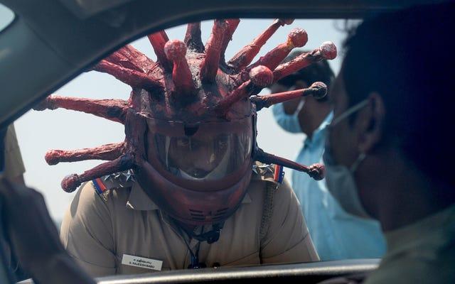 警官はパンデミックの最中に現実が奇妙になるので、Covid-19ヘルメットを着用しています